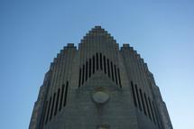 Pocta slavnému mysliteli. Když se řekne Komenský, tak v Česku každý ví. Když se řekne v Dánsku Grundtvig, také každý ví. Byl to významný myslitel, pedagog a reformátor v 19. století. Toto je kostel v Kodani, který byl dokončen v roce 1942 na jeho počest.