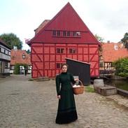 Slečna v dobovém kostýmu, která vám bude vyprávět, jak se žilo v Dánsku před mnoha lety.