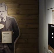 Příběh nejznámějšího dánského kolaboranta. Vpravo magnetická tabule, kde se mají návštěvníci vyjádřit, zda jim přijde v pořádku, že ho po válce popravili.