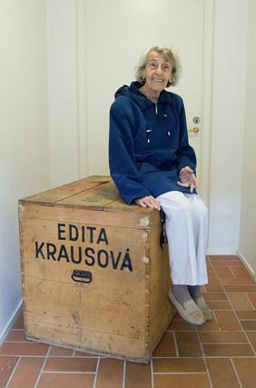 Paní Edita žila po válce ve Švédsku. Vyprávěla mi o předválečných letech, kdy žila s rodinou v centru Prahy a vzpomínala také na dánskou pěstounskou rodinu. Ukázala mi tuhle bednu, kterou dostala za války od maminky. Foto Jan Jindra