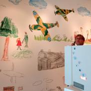 Obrázky, které nakreslila Astri, dívenka z dánské rodiny, která se musela vystěhovat kvůli výstavbě bunkru.