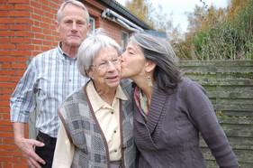 """Publikovala jsem informace o pátrání po pamětnících i v dánských médiích. Ozvala se mi paní Jensine (uprostřed) a napsala mi, že se za války starala o českou dívku Hanku Dubovou. Našla jsem Hančinu rodinu a toto je moment, kdy se poprvé setkala Jensine s Hančinou dcerou Janet. Jensine neumí anglicky, Janet dánsky, ale rozuměly si i beze slov. """"Díky, že jsi pomohla mojí mamince"""" říkala Janet."""