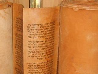 """כשרות ספרי התורה לדעת הרמב""""ם – חלק א"""