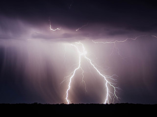 """""""וְיָצָא כַבָּרָק חִצּוֹ"""" (זכריה ט) – כוח החשמל בבריאה"""