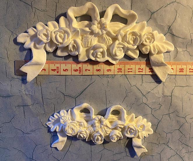Roser i hengekrans med sløyfer, to stk