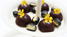 "Fyldte chokolader med karamel & ""Liquorice Drops with a touch of banana taste"""