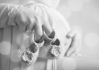 schwangerschaft-babybauch-schuhe.jpg