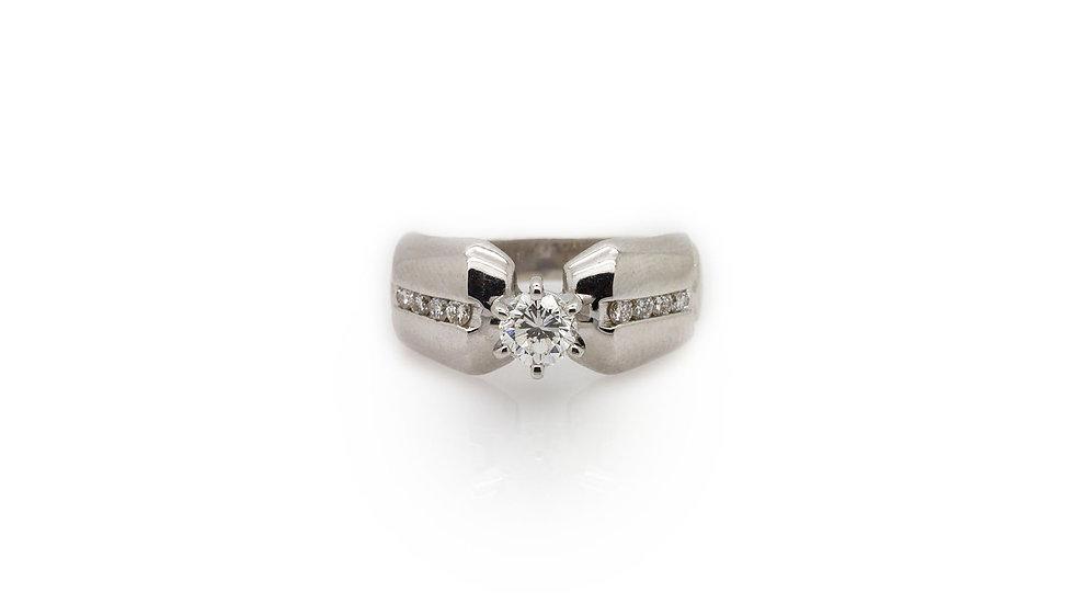 Diamond ring set in 14ct white gold