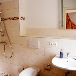 Badezimmer mit begehbarer Dusche
