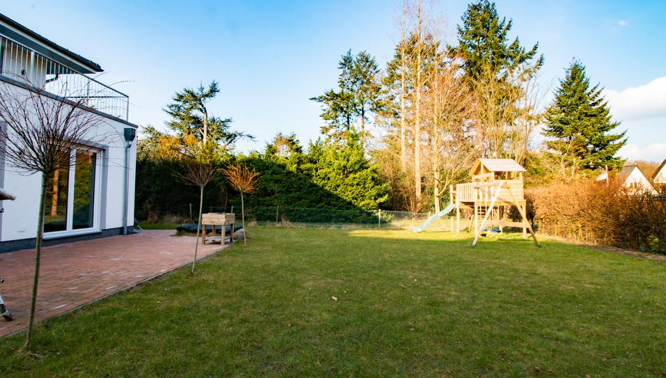 Garten mit Stelzenspielhaus