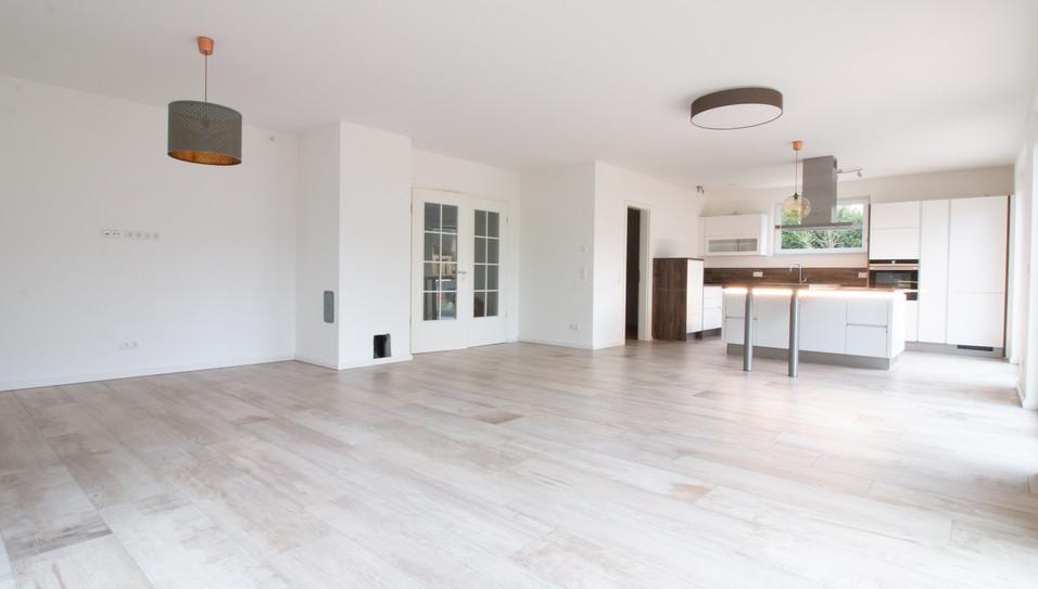 Wohnzimmer mit Blick auf offene Küche