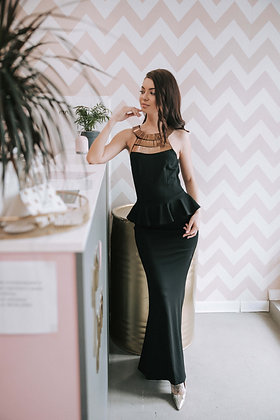 Платье черое по фигуре с золотым колье