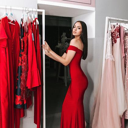 Платье красное по фигуре со спущенными плечиками