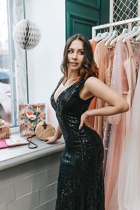 Платье, моделирующее фигуру черное