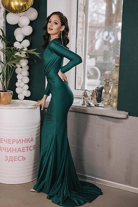 Платье изумрудного цвета с глубоким вырезом