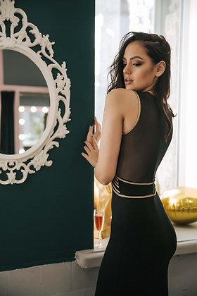 Черное платье по фигуре с небольшим шлейфом