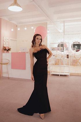 Платье в пол черного цвета с перьями на лифе