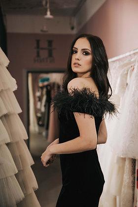 Платье бархатное миди черное с перьями