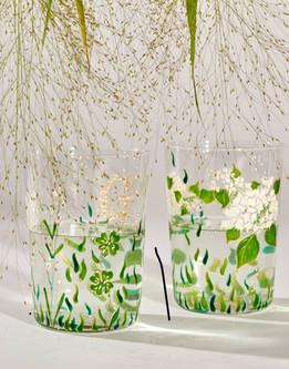 Paire de verres décorés à la main de muguet, trèfles et papillons. Personnalisés avec vos initiales.