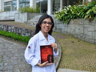 Jovem autora usa celular para escrever livro de suspense