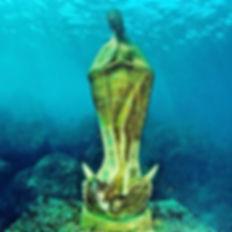 Subirse en una lancha que cuenta con fondo de cristal, para poder admirar la escultura conocida como la Virgen de los Mares, sin duda un gran atractivo turístico en #Acapulco.