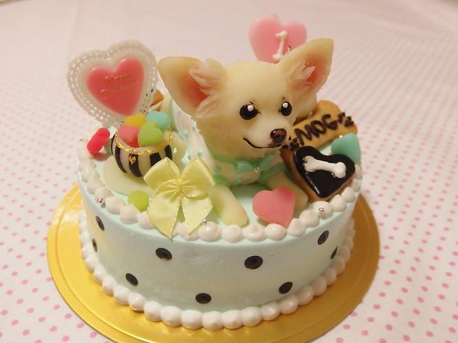 犬の立体イラストが乗った、犬用ケーキ