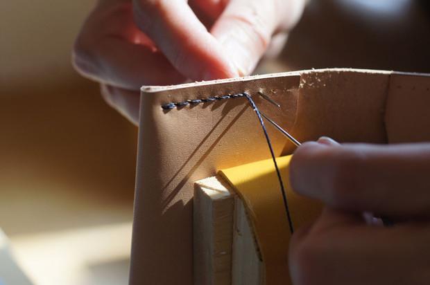「革のカードケース作り」開催しました。