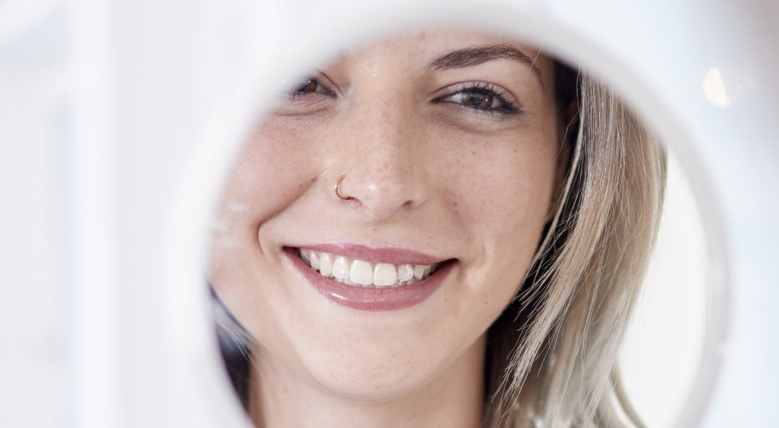 Glückliche Begutachtung vom Ergebnis der Permanent Make up Behandlung