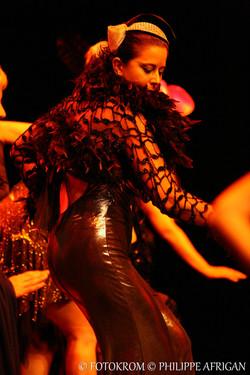 Danseurs, danseuses, décors, masques, féminité