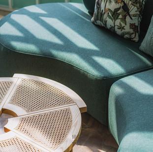 精雅的藤編、傢俱搭配擺放,搭以細膩花紋的大理石地板,彰顯詩意的空間層次