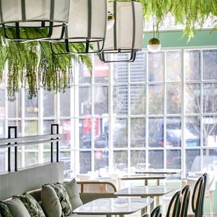置身於溫潤質感的餐廳氛圍,心情也跟著輕盈起來