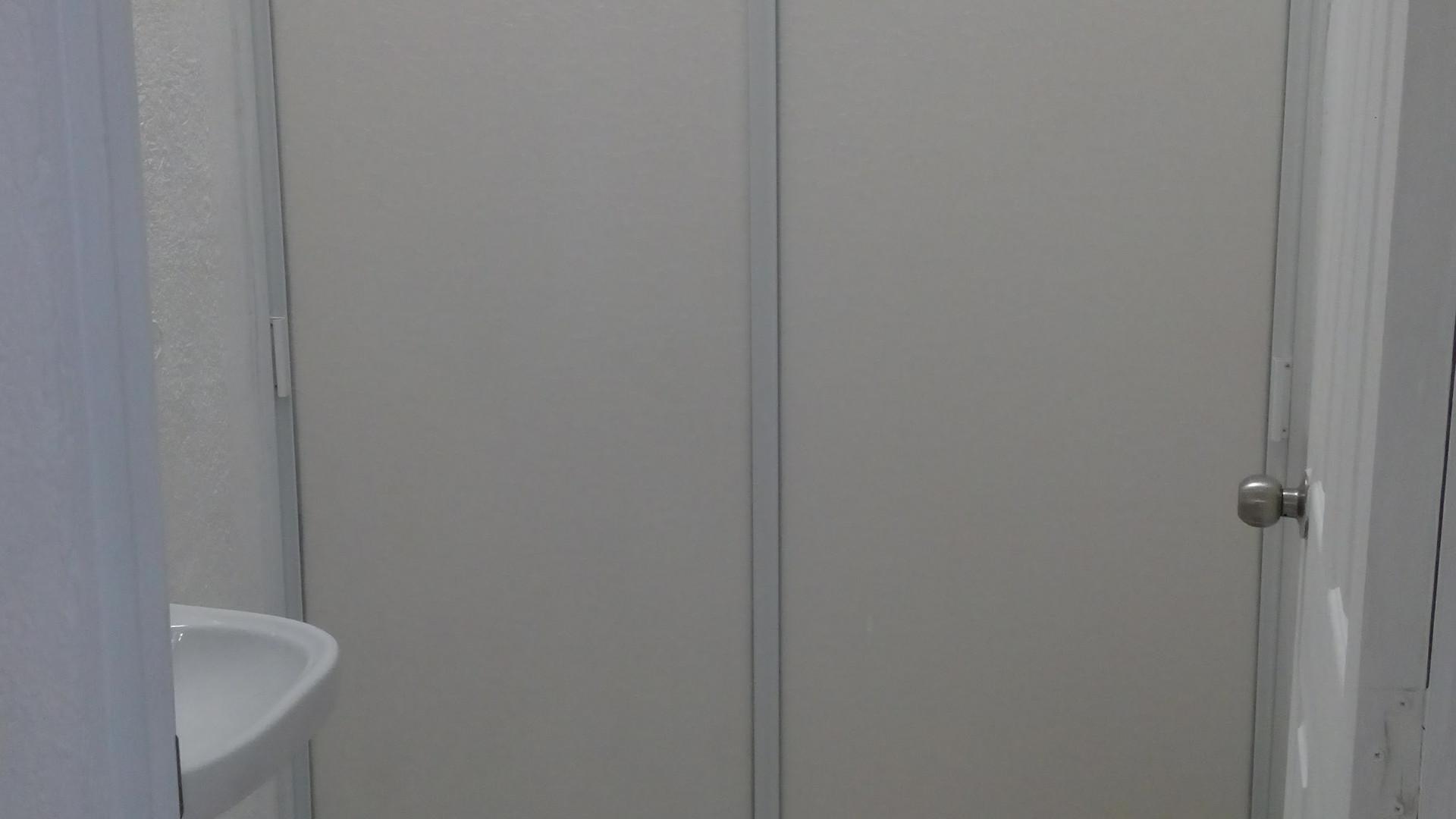 ~ Casa con 2 habitaciones ~ Alcoba Principal con terraza ~ Closets ~ Pisos cerámicos con tapete cerámico en sala comedor  ~ Garaje y patio techado ~ Cocina ~ Centro de entretenimiento de cemento ~ Baño completo con cancel y medio baño en parte baja ~ Persianas y mosquiteros ~ Casa amueblada a 3 pasos de la piscina
