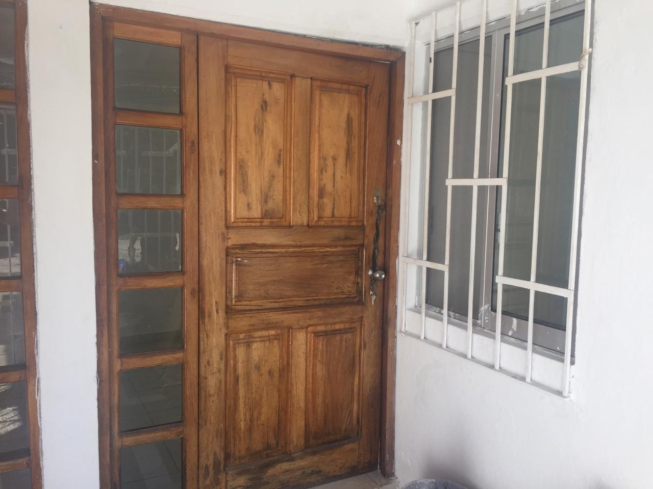 CASA CON EXCELENTE UBICACIÓN, MUY CERCA DE CENTROS COMERCIALES, CENTRAL DE AUTOBUSES, HOSPITALES Y CLÍNICAS GASOLINERIA Y ESCUELAS EN COLONIA LA BOQUITA, ZIHUATANEJO GUERRERO, ESPECIFICACIONES: - Sala – Comedor - Dos recamaras - Cocina - Baño - Patio de servicio. - Espacio de estacionamiento techado PRECIO DE CONTADO!!! ____________________  COMFORTABLE ONE LEVEL HOUSE FOR SALE!!! DESCRIPTION: -1 LEVEL - Dining room - Kitchen - Two rooms - A Full Bathroom - Service yard - Parking (Drawer) - Next to Mega Soriana and Central de Autobuses - Hospitals and Clinics in sorrounding area - 5 minutes from the Center of Zihuatanejo and Banks - A 10 from Ixtapa