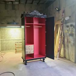 Шкаф гардероб для женщины