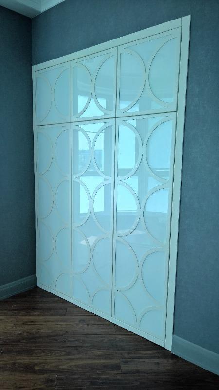 Встроенный шкаф со стеклом