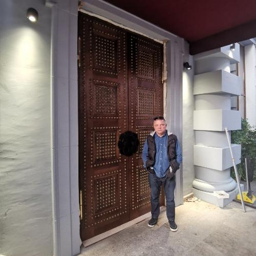 """Дверь дубовая в ресторан """"the Bazar"""""""