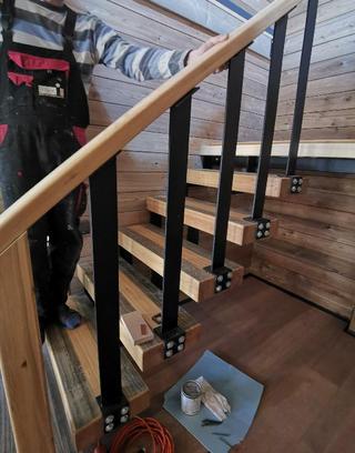 Лестница из дерева и металла
