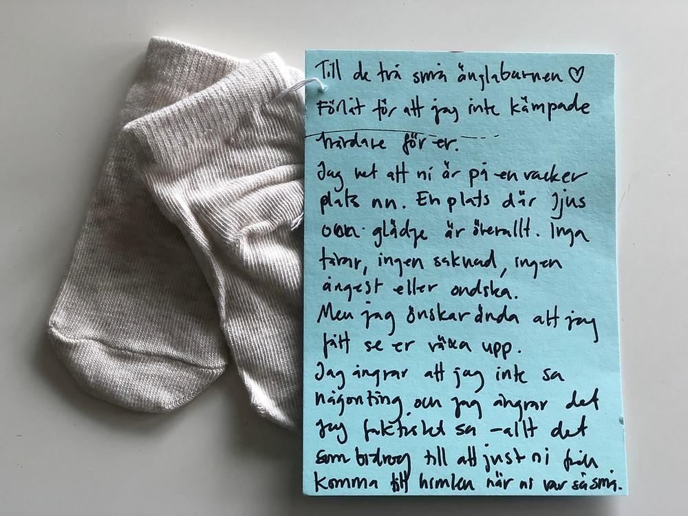 En dikt till två små änglabarn och två små babysockor