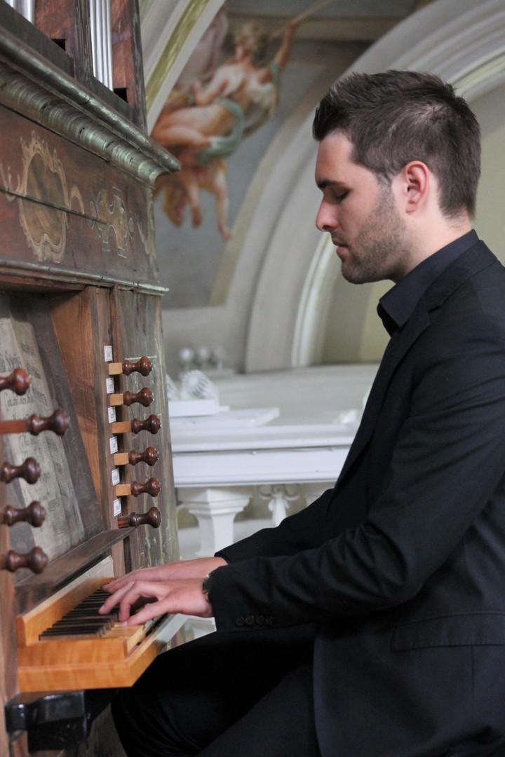 Elias_Praxmarer_Portrait_Orgel_2_Copyright Anna Praxmarer.JPG
