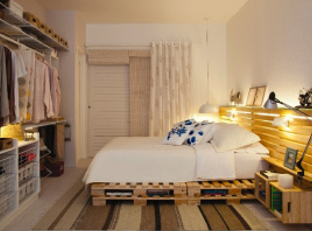 como-o-quarto-do-casal-e-pequeno-o-projeto-priorizou-a-otimizacao-da-area-com-pecas-funcionais-como-a-cama-de-pallets-e-a-decoracao-neutra-de-tons-rebaixados-e-diferentes-texturas-a-1347375
