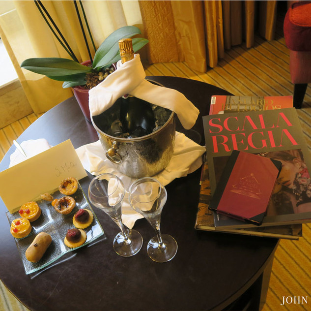 A selection of tradional pastries, champagne and some gifts from the hotel was already waiting for me once I arrived at the Suite.