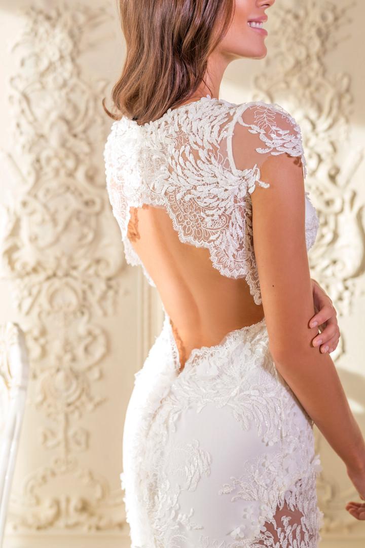 Svatební šaty pošívané korálky a květinami