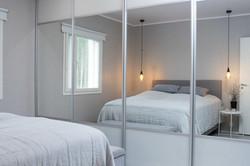 makuuhuoneen liukuovi-peilikaapit