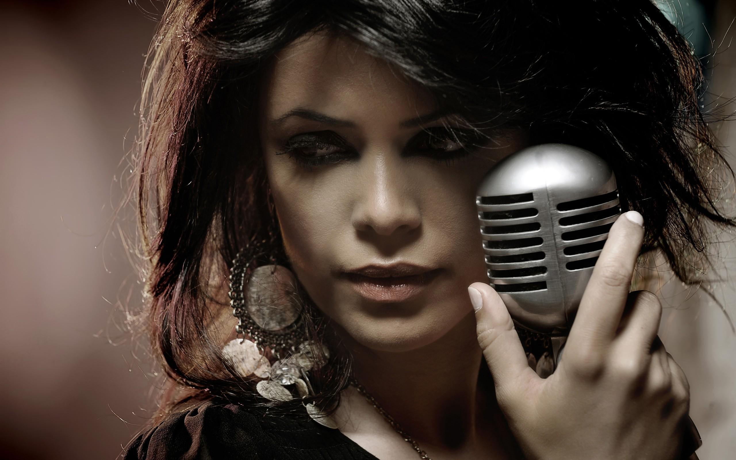 042548-microphone-music-women