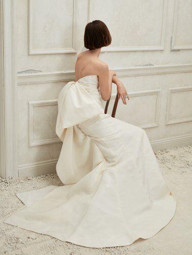 An Oscar de la Renta strapless crepe sheath wedding dress with a big bow