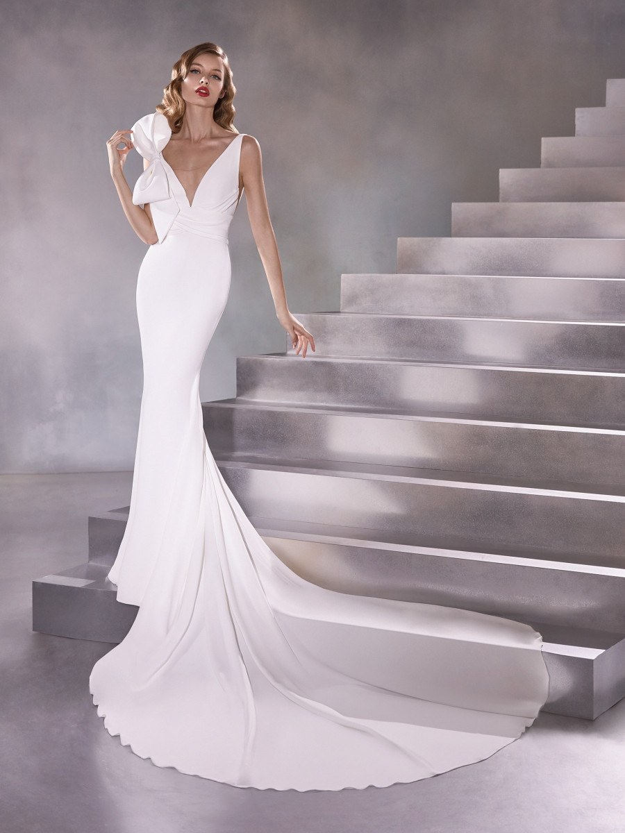 A Pronovias simple crepe mermaid fit and flare wedding dress with a bow