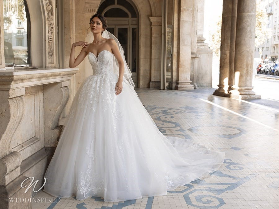 A Pronovias Privée 2021 strapless lace and tulle princess ball gown wedding dress with a sweetheart neckline