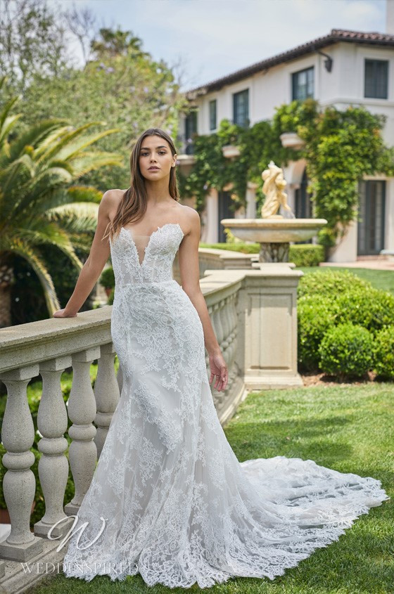 A Monique Lhuillier lace mermaid wedding dress with a sweetheart neckline