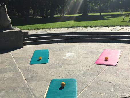 Pilates Barre Workout bei schönem Wetter draussen
