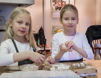 Safkasynttäreillä_leivotaan_pikkuleipiä_